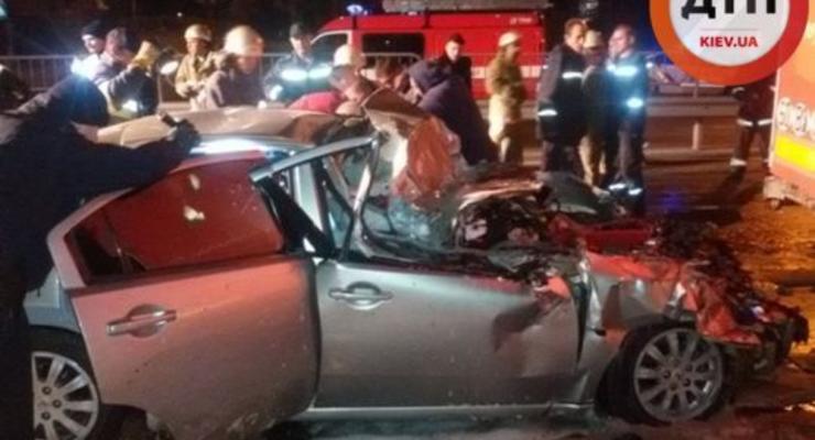 В Киеве Mitsubishi Galant врезался в грузовик и загорелся, двое в реанимации