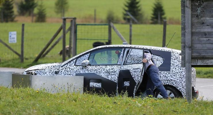 Новое поколение Opel Meriva заметили на тестах