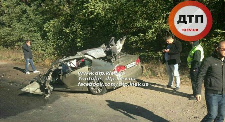 В Киеве Honda Civic разорвало о грузовик (фото)