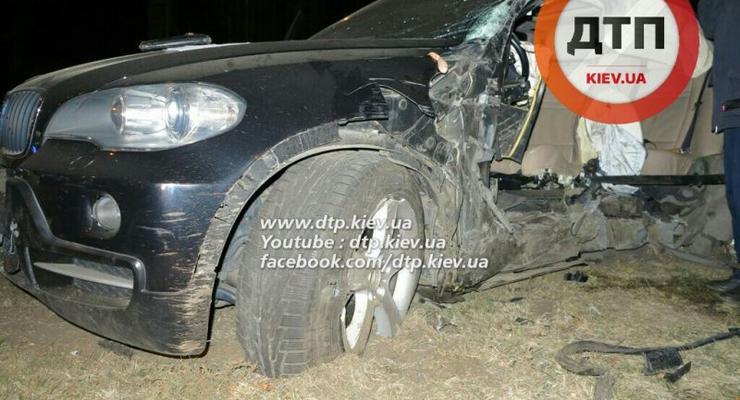 В Киеве BMW врезался в столб, пассажир погиб (фото)