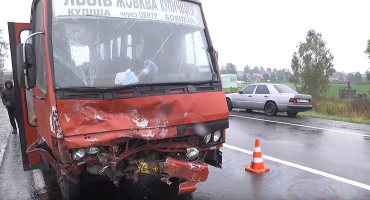 Во Львовской области Volkswagen влетел в маршрутку, двое погибших
