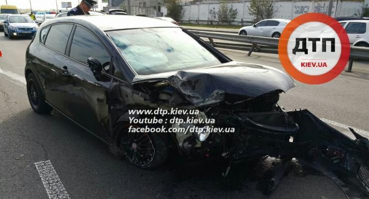 В Киеве SEAT таранил ограждение, отбойник и Suzuki (фото)
