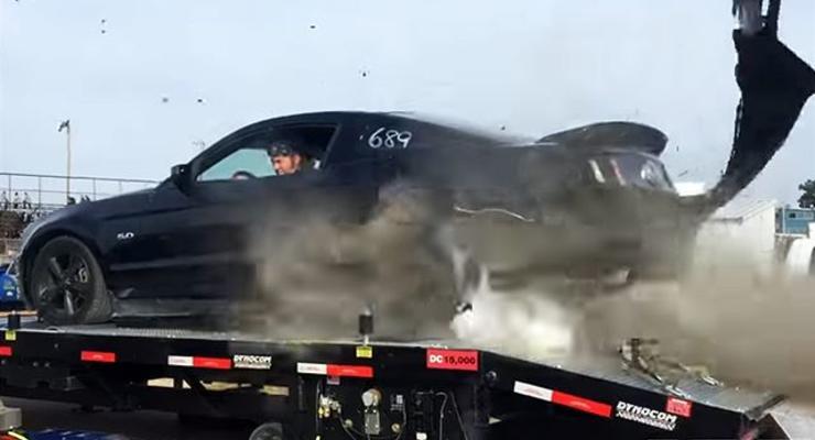 Взорвавшаяся шина разворотила заднюю часть Mustang GT (видео)