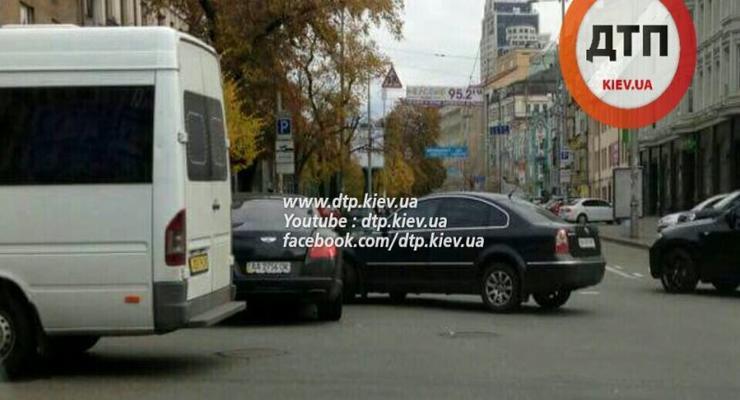 В Киеве Bentley попал в аварию (фотофакт)