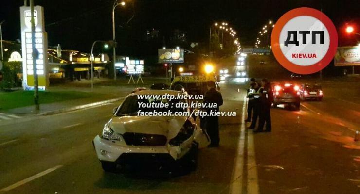 В Киеве пьяный на Toyota разбил три авто и сбежал (фото)