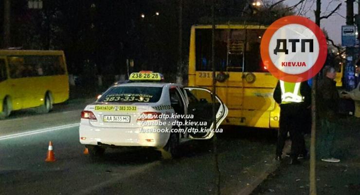 В Киеве Toyota Corolla врезалась в троллейбус (фото)