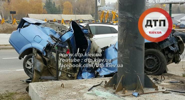 В Киеве Chevrolet крышей влетел в столб, водитель погиб (фото)