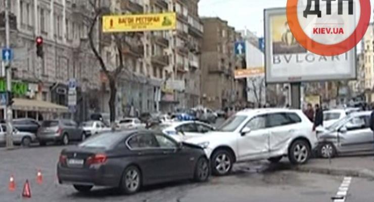 В центре Киева Volkswagen проехал на красный, разбиты три авто (видео)