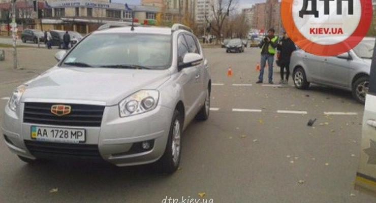 В Киеве водитель Geely сбил женщину, засмотревшись на аварию
