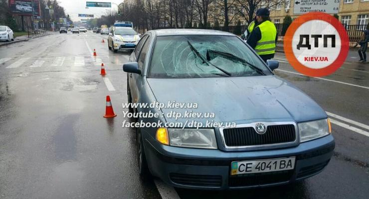 В Киеве Skoda сбила беременную женщину на переходе