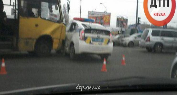 В Киеве столкнулись маршрутка и патрульный Prius