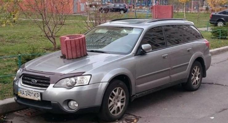 Киевляне наказали машину-нарушительницу клумбой на бампер (видео)