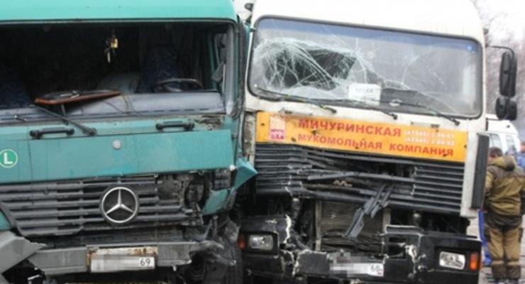 В Тверской области России фура врезалась в группу протестующих дальнобойщиков, погиб человек