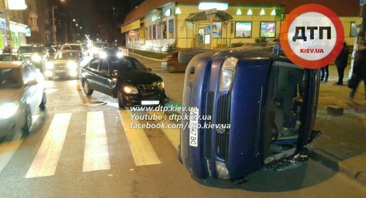 В Киеве Daewoo опрокинул Volkswagen, пострадал ребенок (фото)