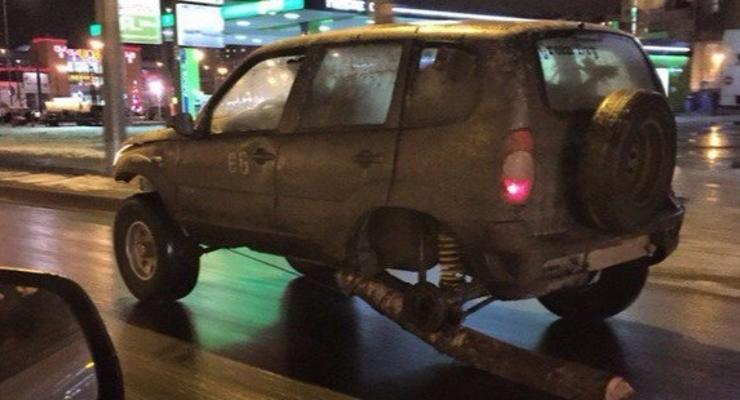В Петербурге водитель ехал с бревном вместо колеса