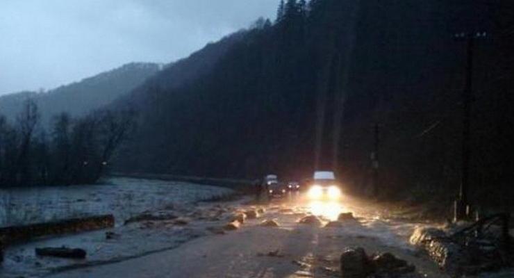 На Закарпатье оползни и наводнение повредили дороги (видео)
