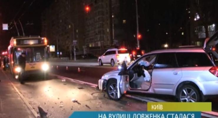 В Киеве пьяный водитель Subaru таранил троллейбус (видео)