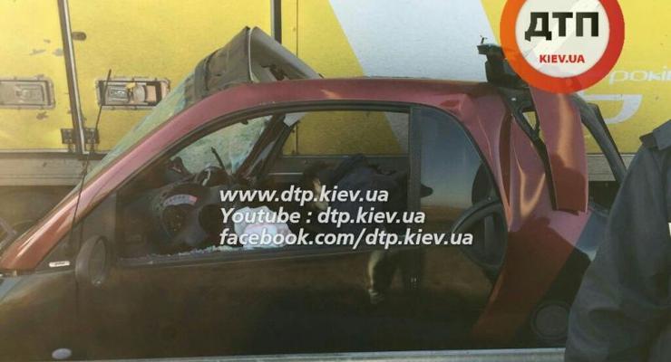 Под Киевом MAN раздавил Smart, погиб водитель (фото)
