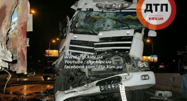 В Киеве столкнулись два грузовика (фото)