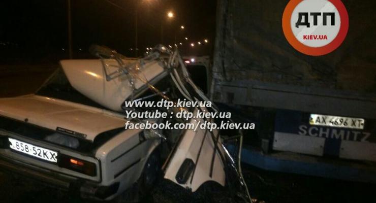 В Киеве ВАЗ врезался в грузовик, есть пострадавшие (видео)