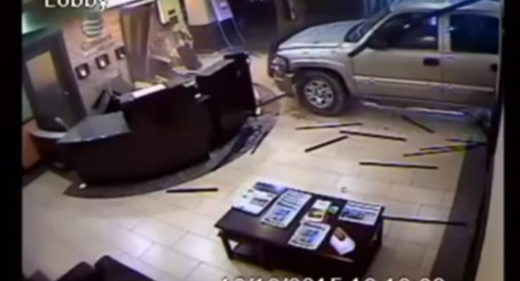 В США разгневанный на персонал мужчина въехал в отель