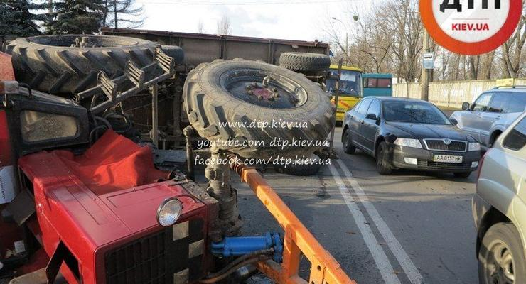 Трактор придавил кроссовер Toyota в Киеве (фото)
