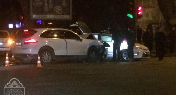 В Одессе женщина на Porsche таранила полицейский Prius