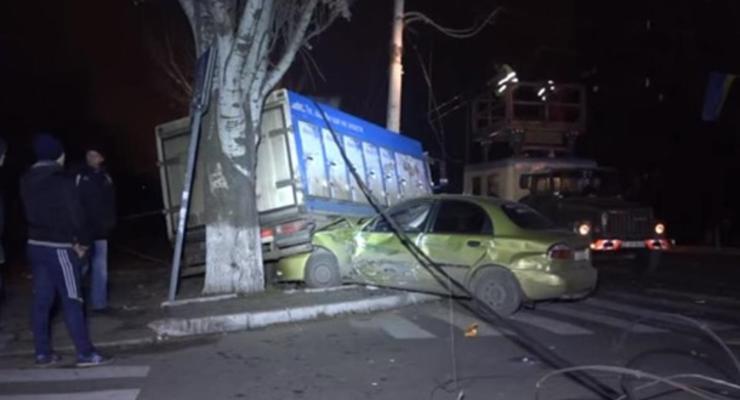 В Мариуполе военный грузовик попал в аварию, есть раненые (видео)