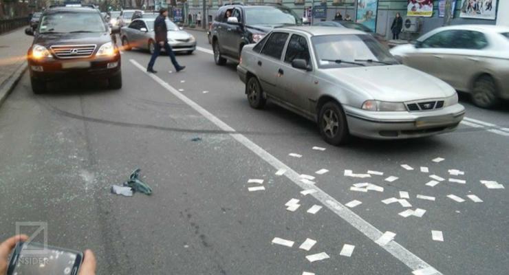 Возле Рады ограбили авто: деньги высыпались на проезжую часть