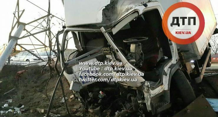 В Киеве пьяный водитель грузовика устроил серьезную аварию (фото)