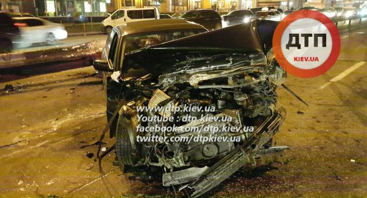 В Киеве BMW из-за резкого маневра уничтожил 25 метров отбойника (фото)