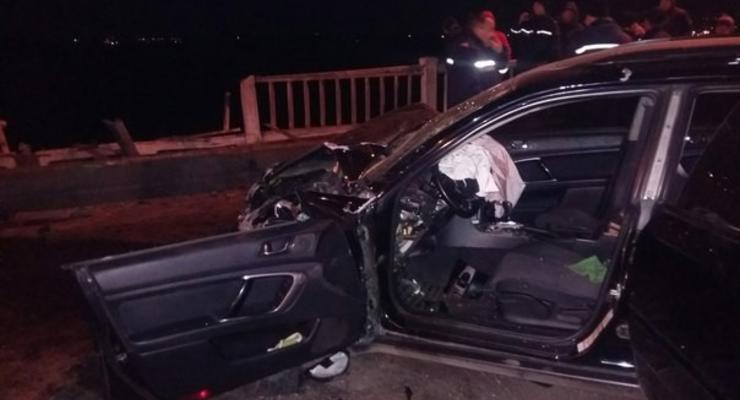 В Днепропетровске Mitsubishi слетела с моста в реку, есть жертвы