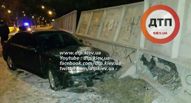 В Киеве пьяный таранил забор университета КПИ (видео)