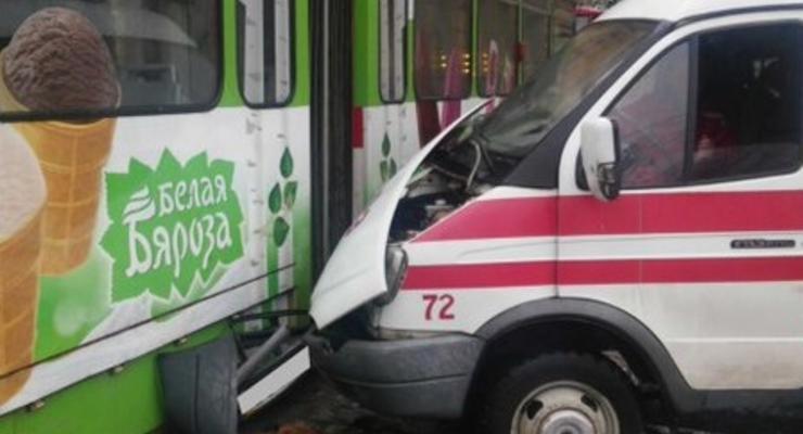 В центре Львова скорая въехала в трамвай, есть пострадавшие