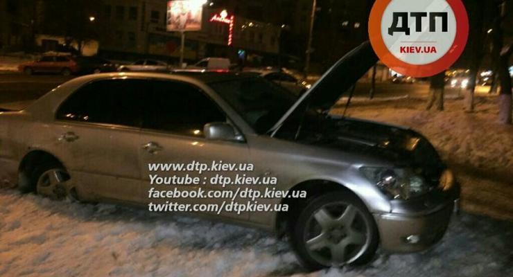 В Киеве Lexus сбил женщину на тротуаре (фото)