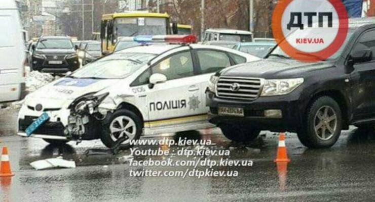 В Киеве патрульный Prius попал в аварию