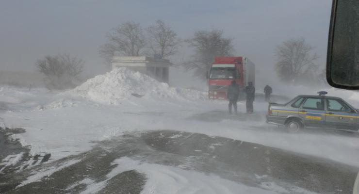 Снежный коридор. В соцсетях появилось видео трассы Одессы - Николаев после снегопадов