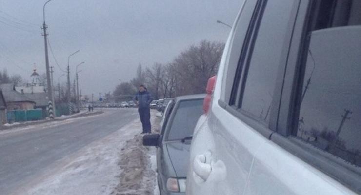 В Донецкой области на линии разграничения огромные пробки (фотофакт)