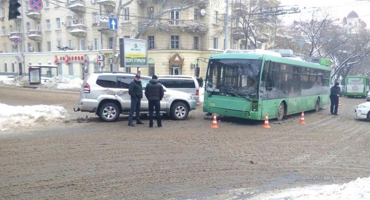 В центре Одессы столкнулись троллейбус и Toyota