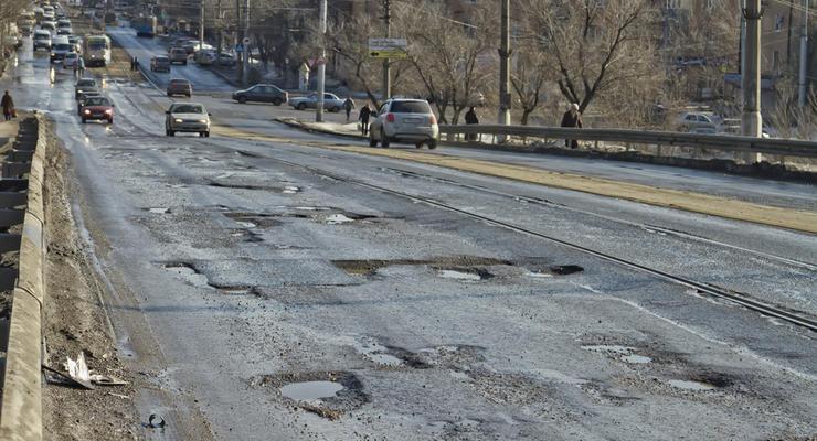 Нанотехнологии: в оккупированном Крыму дороги ремонтируют землей (видео)