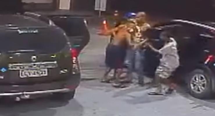 В Бразилии вооруженные дети угнали автомобиль (видео)