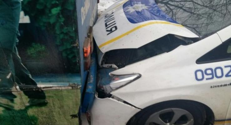 В Харькове машина патрульной полиции въехала в троллейбус