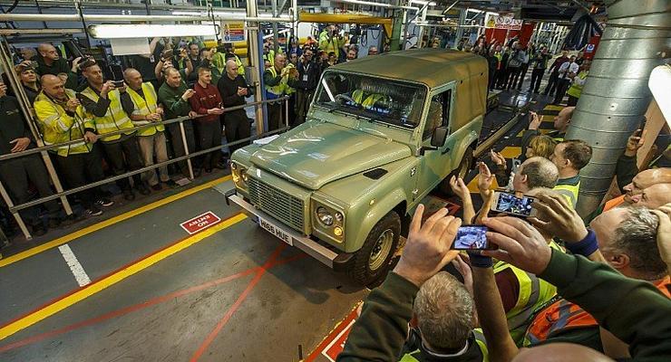 """В Англии проводили """"на пенсию"""" Land Rover Defender"""