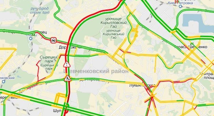 Утром в Киеве образовалась огромная пробка на Дорогожичах