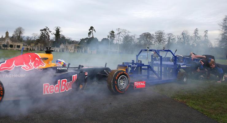 Люди vs машины: команда регбистов посоревновалась с болидом Red Bull