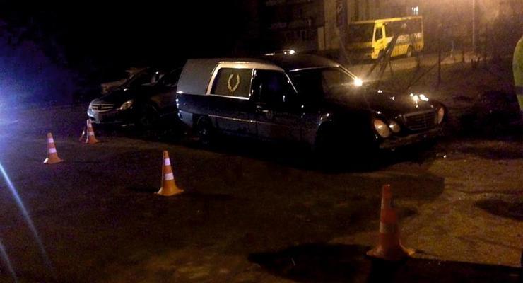 Во Львове пьяный автослесарь угнал катафалк и устроил ДТП