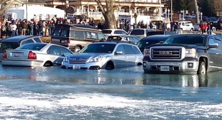 В США полтора десятка автомобилей провалились под лед