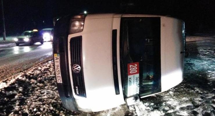 Под Киевом попала в ДТП и перевернулась маршрутка с пассажирами