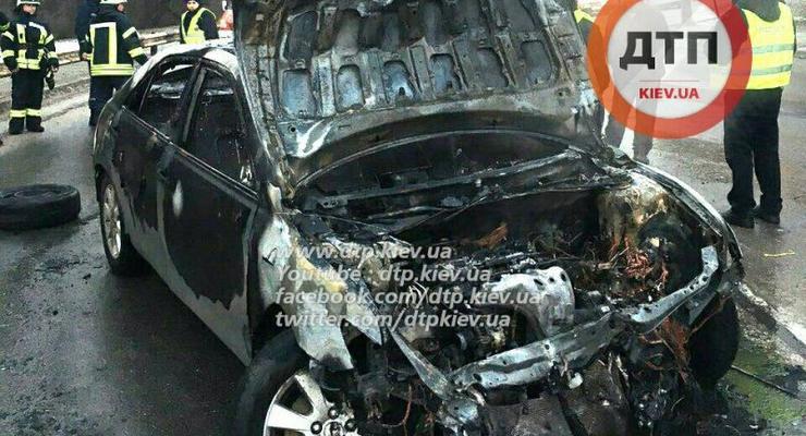 В Киеве Toyota Camry таранила забор и вспыхнула