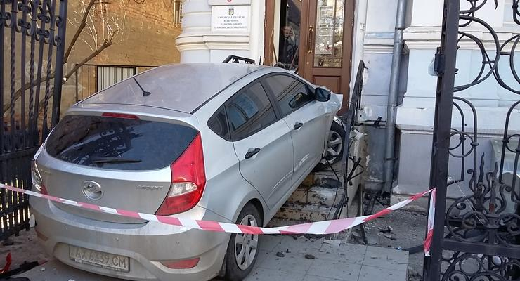 В Харькове девушка таранила здание олимпийского комитета
